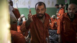 Un homme, suspecté d'être un membre de l'Etat islamique, en détention dans une cellule à Hasakeh (Syrie), le 26 octobre 2019. (FADEL SENNA / AFP)