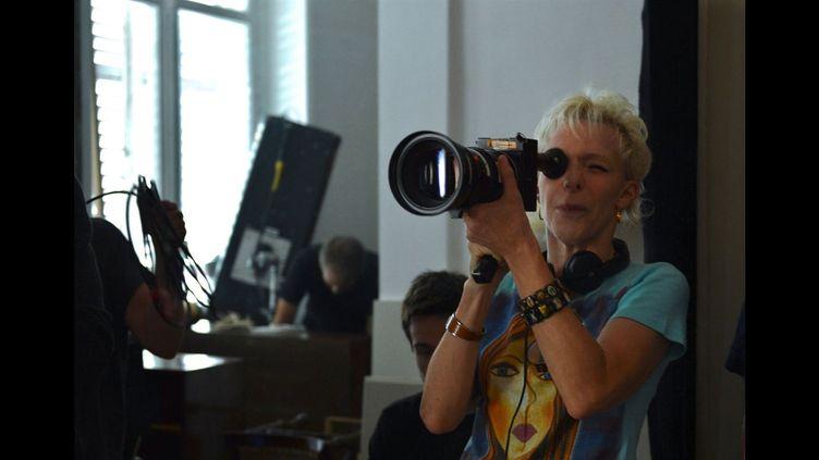 """La réalisatrice Tonie Marshall sur le tournage de """"tu veux ou tuveux pas"""", 2014 (Copyright Warner Bros. France)"""