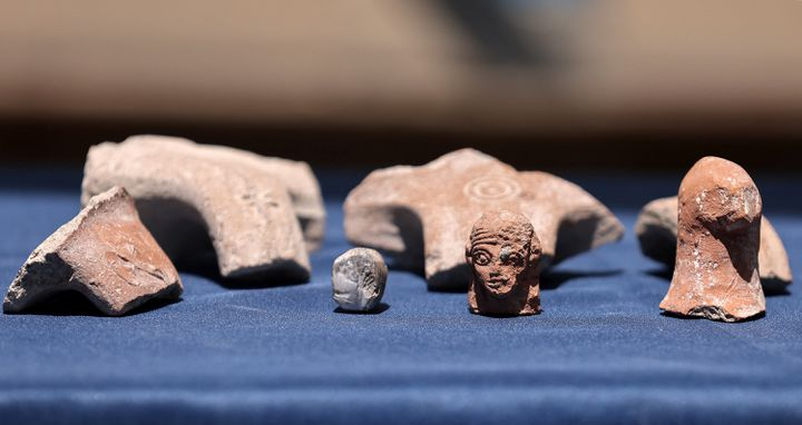 """Des artefacts retrouvés pendant les fouilles menées par la """"Israel Antiquities Authority"""" sur le site du parc national de la Cité de David (EMMANUEL DUNAND / AFP)"""