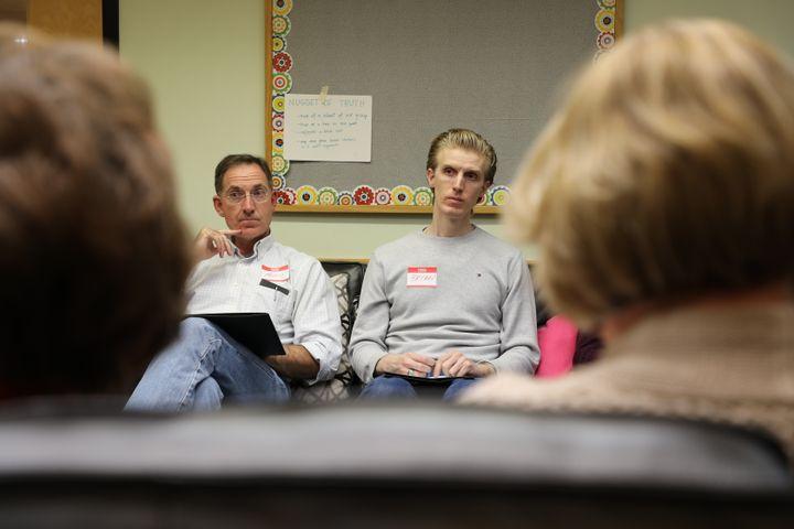 Deux électeurs conservateurs face à deux démocrates, lors d'un atelier de l'organisation Better Angels, le 27 octobre 2018 à Arlington, en Virginie (Etats-Unis). (VALENTINE PASQUESOONE / FRANCEINFO)