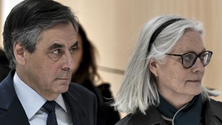 L'ancien Premier ministre François Fillon et son épouse Penelope le 27 février 2020 au tribunal de grande instance de Paris. (STEPHANE DE SAKUTIN / AFP)