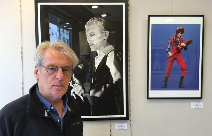 Gijsbert Hanekroot devant ses clichés à la Galerie Stardust, mai 2016.  (Laure Narlian / Culturebox)