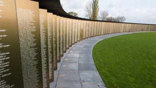 Les noms de 600 000 soldats alliés sont gravés sur l'anneau de la Mémoire à Notre-Dame-de-Lorette au cimetière militaire français d'Ablain Saint-Nazaire. (DENIS CHARLET / AFP)