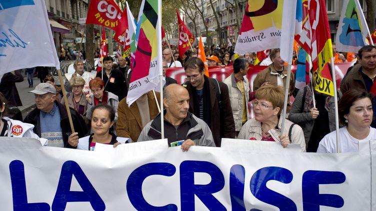 Des manifestants lors de la journée nationale de mobilisation contre l'austérité, le 11 octobre 2011 à Lyon (Rhône). (JEAN-PHILIPPE KSIAZEK / AFP)