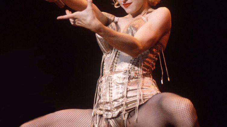 La chanteuse américaine Madonna sur le Blonde Ambition Tour au stade de Wembley (Londres), en juillet 1990. (EUGENE ADEBARI / REX / SIPA)