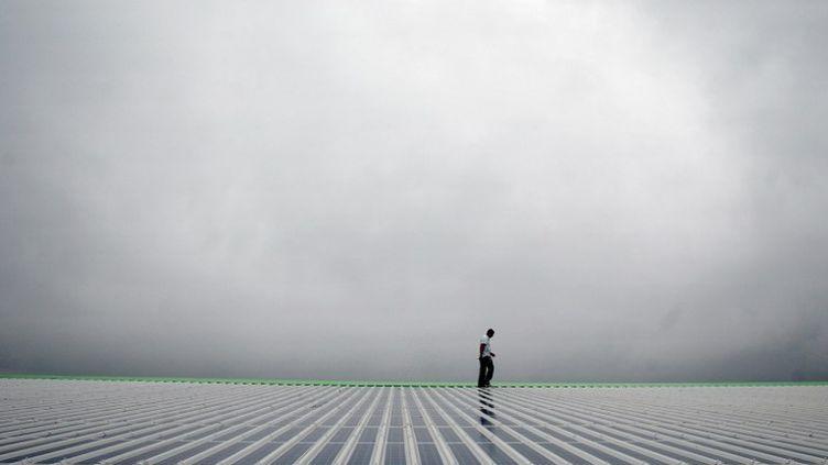 Des panneaux solaires sur letoit d'une tribune du stade Geoffroy-Guichard, à Saint-Etienne, en 2007. (JEFF PACHOUD / AFP)