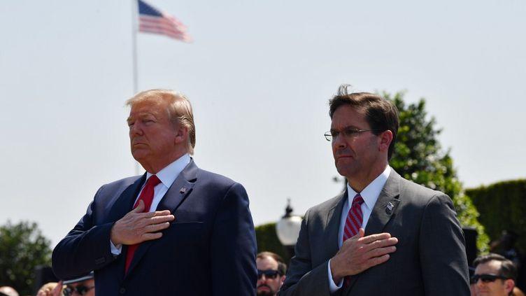 Donald Trump et Mark Esper lors d'une cérémonie pour la nomination de ce dernier au poste de Secrétaire d'Etat à la Défense, au Pentagone à Washington, le 25 juillet 2019 (NICHOLAS KAMM / AFP)
