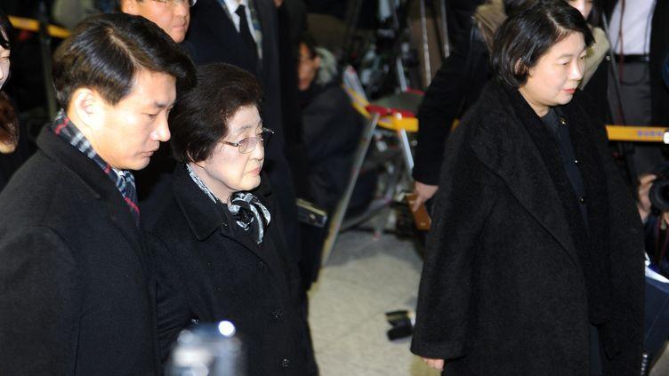 Lee Hee-Ho (deuxième à gauche), ex-première dame sud-coréenne, etHyun Jeong-eun, la présidente du groupe Hyundai, rendent hommage àKim Jong-il en Corée du Nord, le 26 décembre 2011. (PRAKASH SINGH / AFP)