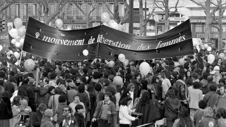Une manifestation organisée par le Mouvement de libération des femmes (MLF), le 8 mars 1982 à Paris. (JOEL ROBINE / AFP)