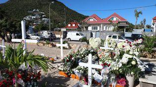 La tombe de Johnny Hallyday, photographiée le 12 décembre 2017, au cimetière de Lorient à Saint-Barth. (MAXPPP)