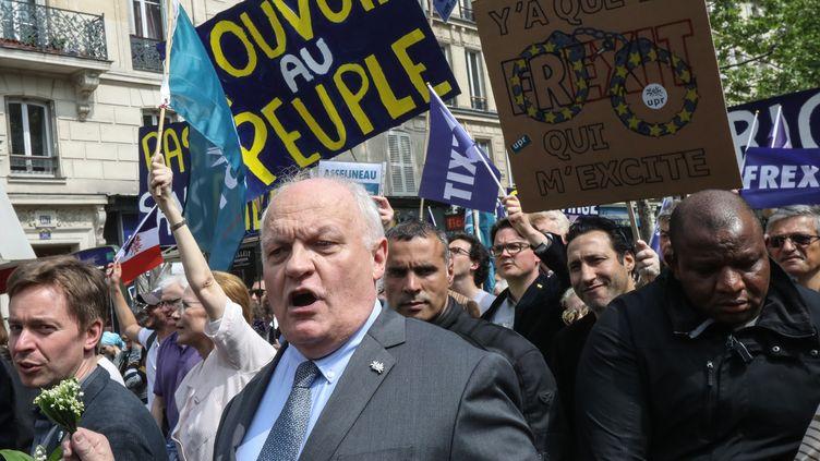 François Asselineau aux côtés des militants de l'UPR, le 1er mai 2019 à Paris. (JACQUES DEMARTHON / AFP)