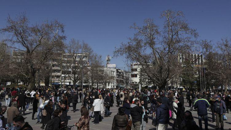 Des gens se rassemblent sur une place à Larissa (Grèce) après un fort séisme, le 3 mars 2021. (KOSTAS MANTZIARIS / AFP)