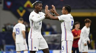 Paul Pogba et Jules Koundé se félicitent lors de la finale de la Ligue des nations face à l'Espagne, dimanche 10 octobre 2021. (ISABELLA BONOTTO / ANADOLU AGENCY)