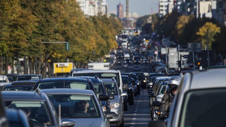 La circulation routière dense à Berlin, le 8 octobre 2018. (JOHN MACDOUGALL / AFP)