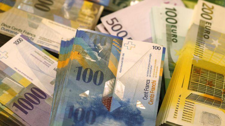 Des francs suisses et des euros. (RUBEN SPRICH / REUTERS)