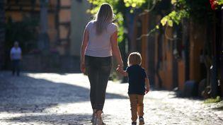 Les familles monoparentales représentent un quart des foyers français en 2020 selon une étude de l'Insee (illustration, le 26 mai 2020). (VANESSA MEYER / MAXPPP)