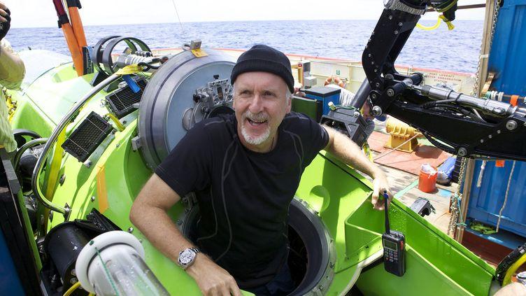 Le réalisateur canadien, James Cameron, sort du sous-marin avec lequel il a exploré la fosse des Mariannes, le point le plus profond de de la croûte terrestre, situé dans l'océan Pacifique, le 26 mars 2012. (MARK THIESSEN / NATIONAL GEOGRAPHIC)