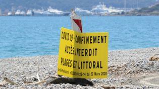 Politiques, professionnels et riverains d'Antibes sont pressés de retrouver leur plage. (VALERY HACHE / AFP)