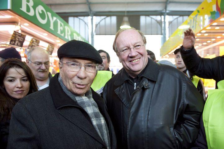 Serge Dassault et Jean-Pierre Bechter rencontrent des habitants sur le marché de Corbeil-Essonnes, le 28 novembre 2010, une semaine avant les municipales. (BERTRAND LANGLOIS / AFP)