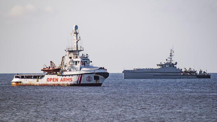 """Le navire humanitaire espagnol """"Open Arms"""", le 17 août 2019 près de l'île italienne de Lampedusa. (ALESSANDRO SERRANO / AFP)"""