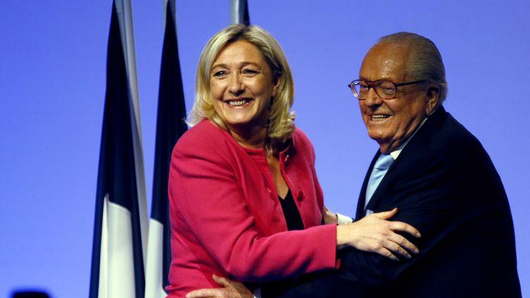Marine Le Pen (G.) et son père Jean-Marie, à Marseille, le 20 mai 2014. (JEAN-PAUL PELISSIER / REUTERS)