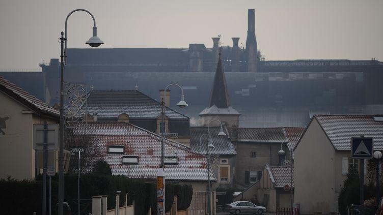 L'usine de Gandrange, fermée depuis 2009, comme une ombre au-dessus du village. (FRANCETV INFO / HERVE POZZO)