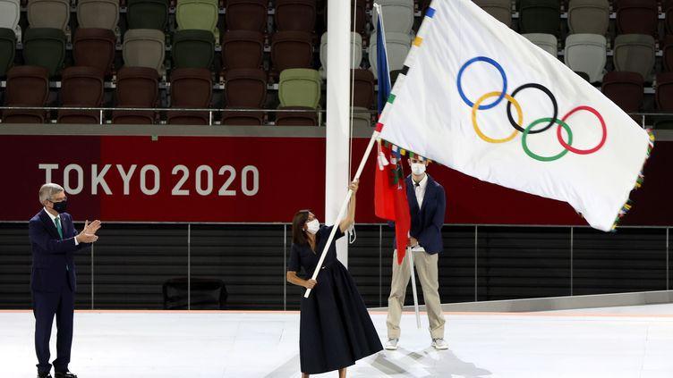 La maire de paris Anne Hidalgo tenant le drapeau olympique lors de la cérmonie de clôture des JO de Tokyo le 8 août 2021. (MICHAEL REYNOLDS / EPA)