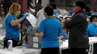 Le dépouillement est en cours dans un bureau de vote de North Las Vegas, dans le Nevada, dans la soirée de mardi 3 novembre 2020. (ETHAN MILLER / GETTY IMAGES NORTH AMERICA / AFP)