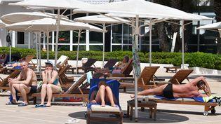 Depuis plusieurs mois, la Tunisie compte davantage sur les touristes russes et d'Europe de l'Est, comme ici à Sousse, pour sauver la saison estivale 2021, que sur les Français. (FETHI BELAID / AFP)