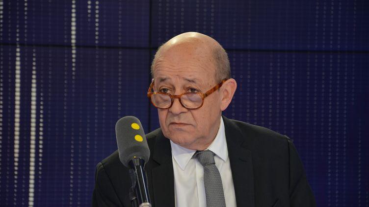 Jean-Yves Le Drian, ministre de l'Europe et des Affaires étrangères, dans lesstudios de franceinfo, en août 2018. (JEAN-CHRISTOPHE BOURDILLAT / RADIO FRANCE)