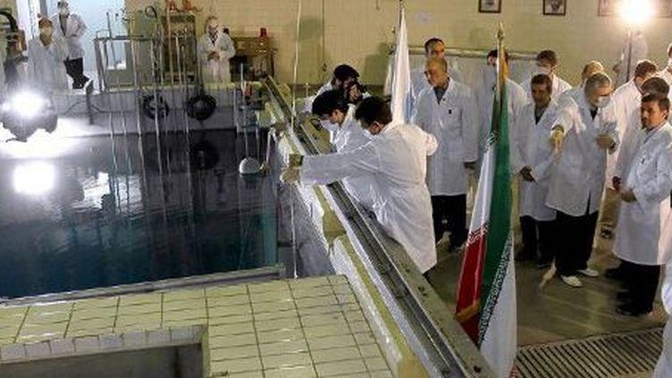 Le président iranien Mahmoud Ahmadinejad visite un centre de recherche nucléaire à Téhéran, le 16 février 2012. (AFP - HO)