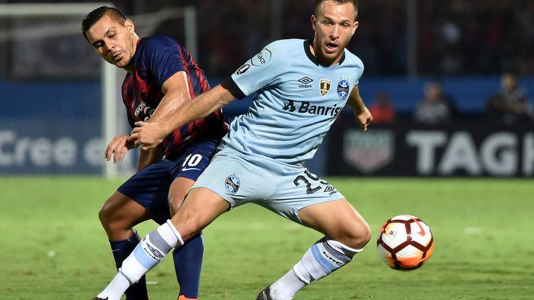 Arthur (à dr.) lors d'un match de Copa Libertadoris avec Gremio (NORBERTO DUARTE / AFP)