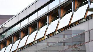 Des fenêtres d'une école de Munich (Allemagne), ouvertes pourpermettre le renouvellement de l'air et éviter la diffusion du coronavirus, le 30 septembre 2020. (FRANK HOERMANN / SVEN SIMON / AFP)