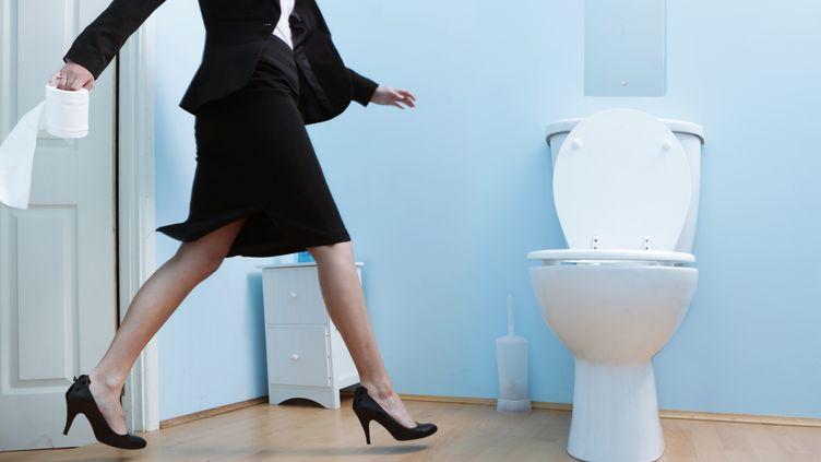 Selon une étude relayée le 22 novembre 2014, 15% de personnes se rendent aux toilettes sur leur lieu de travail pour passer un coup de téléphone. (PETER CADE / THE IMAGE BANK / GETTY IMAGES)
