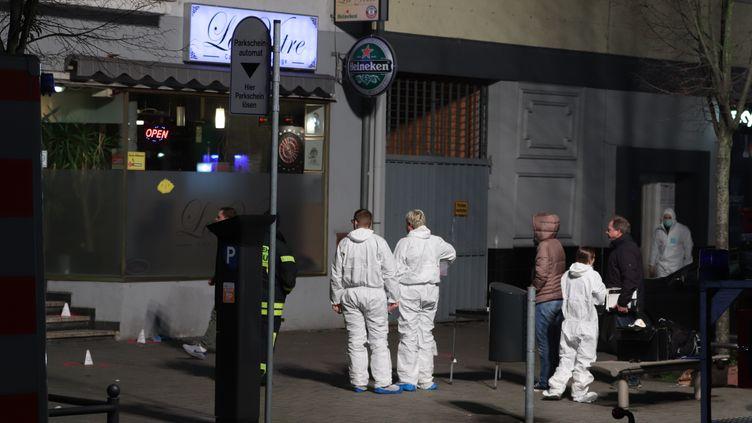 Des policiers devant un des deux bars à chicha visés par un tireur, mercredi 19 février, à Hanau, en Allemagne. (YANN SCHREIBER / AFP)