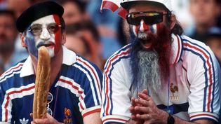 Deux supporters français lors du 8e de finale du Mondial France-Paraguay le 28 juin 1998 à Lens. (ALEXANDER HASSENSTEIN / BONGARTS)