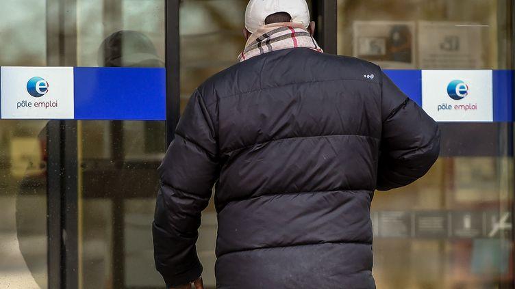 Un homme entre dans une agence Pôle emploi à Lille, le 28 décembre 2017. (PHILIPPE HUGUEN / AFP)