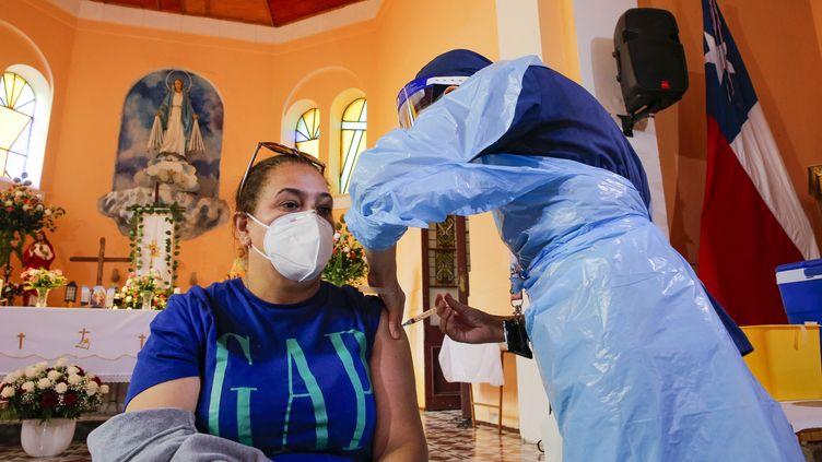 Un centre de vaccination dans une église de Valparaiso, au Chili, le 6 avril 2021 (JAVIER TORRES / AFP)