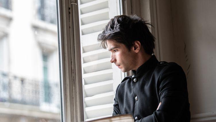 L'avocat Juan Branco le 22 février à Paris à la fenêtre de son bureau. (MARTIN BUREAU / AFP)
