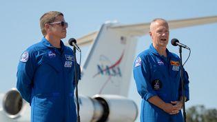 Les deux astronautes américains qui participeront à ce vol, Robert Behnken (à gauche) et Douglas Hurley (à droite), le 20 mai 2020 au Kennedy Space Center (Etats-Unis). (BILL INGALLS / NASA)