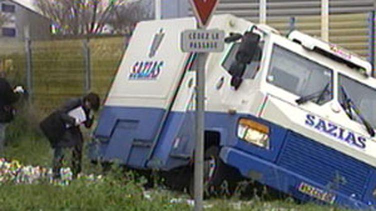 Une dizaine d'hommes s'en sont pris à ce fourgon de transports de fonds qui a basculé dans le fossé (France 2)