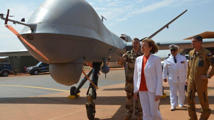 La ministre des Armées Florence Parly devant un drone, àla base barkhane près de Niamey (Niger), le 31 juillet 2017. (BOUREIMA HAMA / AFP)