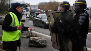 """Les forces de l'ordre face à un manifestant du mouvement des """"gilets jaunes"""", le 19 novembre dans le nord de la France (illustration). (FRANCOIS LO PRESTI / AFP)"""