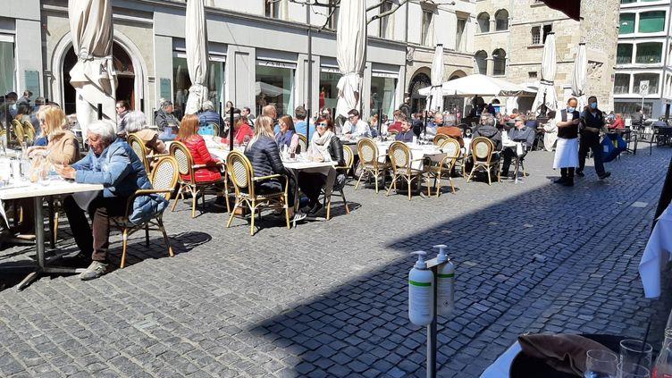 La terrasse d'un restaurantà Genève, en Suisse, lundi 19 avril. (ALAIN GASTAL / RADIO FRANCE)