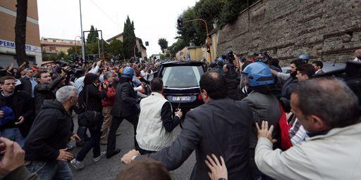 Des manifestants anti-fascistes crient des slogans au passage du corbillard transportant le cercueil du criminel de guerre nazi Erich Priebke à Albano Laziale, près de Rome, le 15 octobre. (Reuters - Yara Nardi)