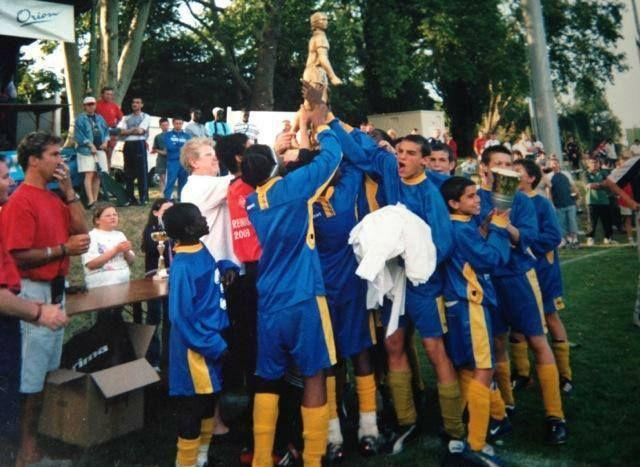 Son équipe vient de gagner le tournoi de Mantes en 2003, mais N'Golo Kanté (en bas à gauche) reste déjà plus discret que les autres. (JS Suresnes)