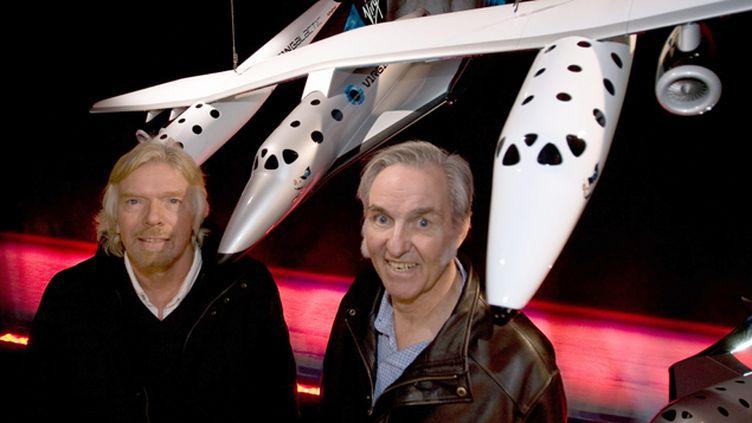 (Richard Branson, PDG de Virgin, et  Burt Rutan, le concepteur du SpaceShip Two, derrière un prototype de navette spatiale. ©MaxPPP)