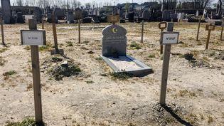 La tombe d'un migrant dans un cimetière de Calais (Pas-de-Calais), en avril 2016. (DENIS CHARLET / AFP)