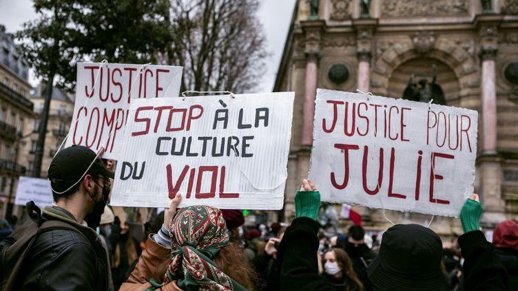 Plusieurs centaines de personnes rassemblées à Paris, le 7 février 2021,en soutien à Juliequi accuse une vingtaine de pompiers de viol. (NOEMIE COISSAC / HANS LUCAS)