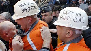Les forces de l'ordre repoussent des salariés d'ArcelorMittal de Florange (Moselle) du secteur du QG de campagne de Nicolas Sarkozy, à Paris, le 15 mars 2012. (THOMAS SAMSON / AFP)
